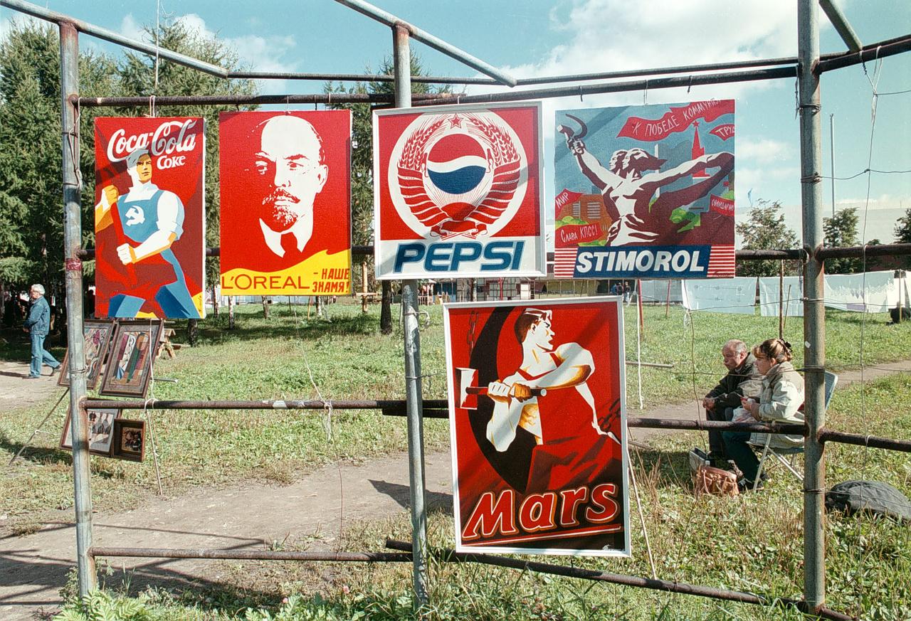 Multicégek orosz plakáttervei egy moszkvai installáción, 1990.