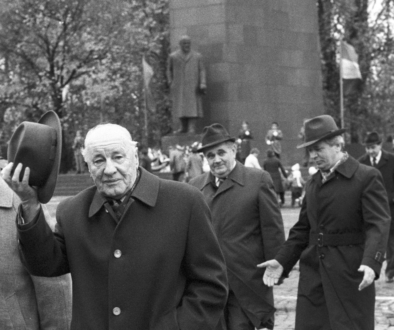 Kádár János lengeti a kalapját, a háttérben pedig egy Lenin-szobor. Valamikor a nyolcvanas évek közepén.
