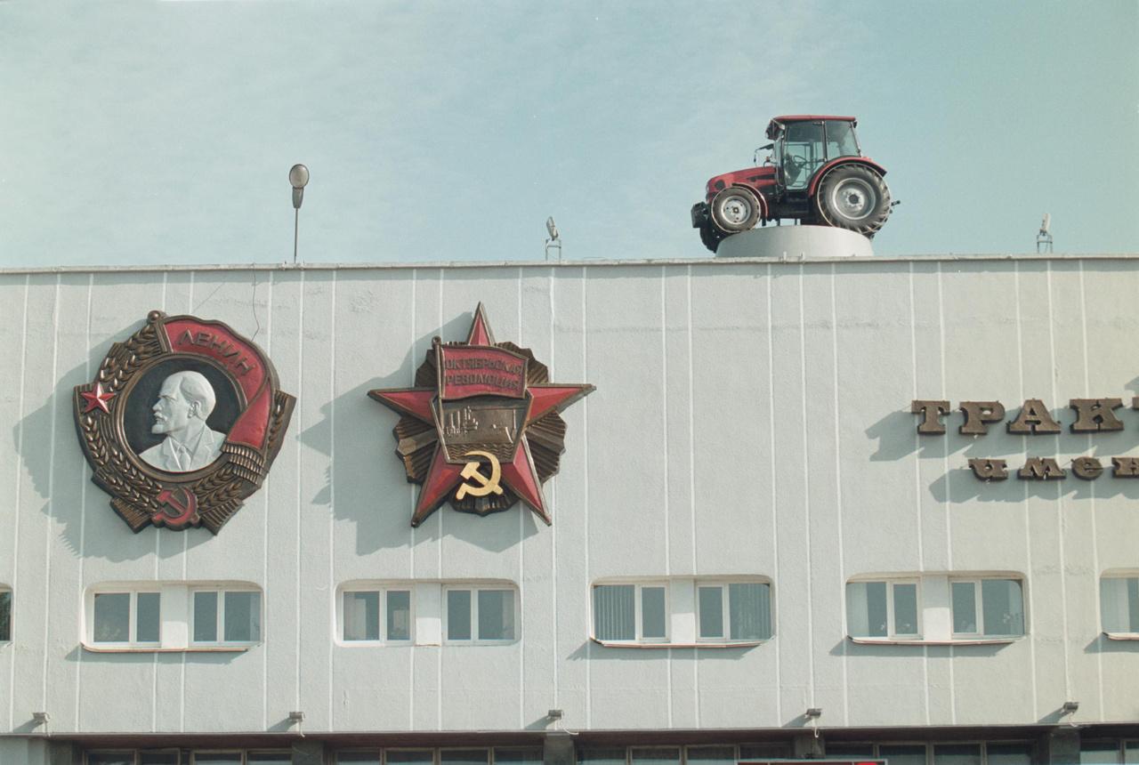 Tarktorgyár Lenin domborművével, Minszk 2004.