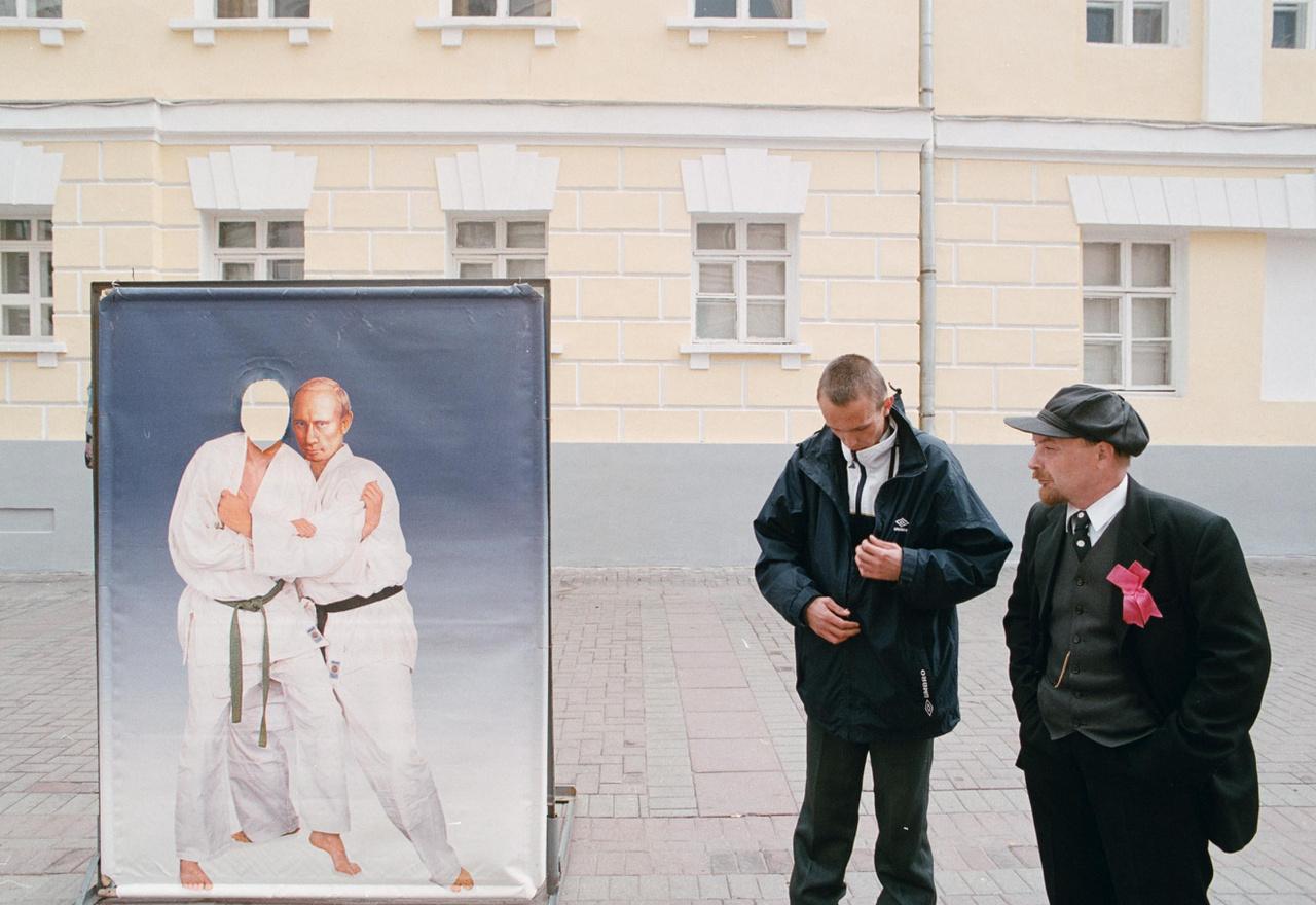 Lenin-hasonmás egy dzsúdózó Putyint ábrázoló fotófal előtt, Szentpéterváron, 2002.