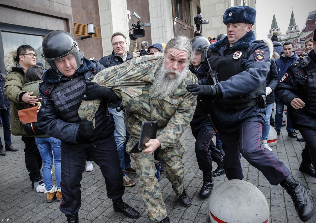 Orosz rendőrök tartóztatnak le egy ellenzéki aktivistát Moszkvában, 2017. november 5-én