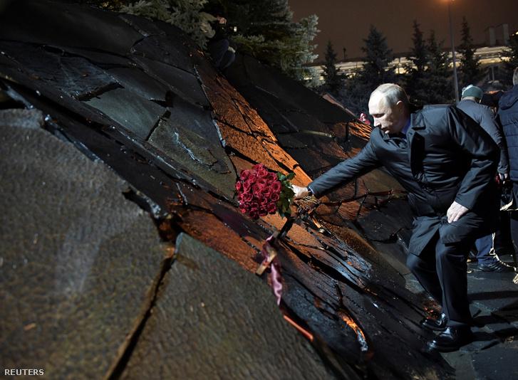 Vlagyimir Putyin orosz elnök helyez el virágot a szovjet korszak politikai áldozatainak emlékművén Moszkvában, 2017. október 30-án