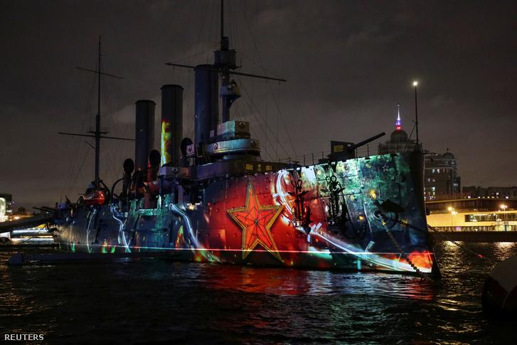 Szentpéterváron az Auróra cirkálóra vetített fényjátékkal emlékeztek 2017. november 4-én