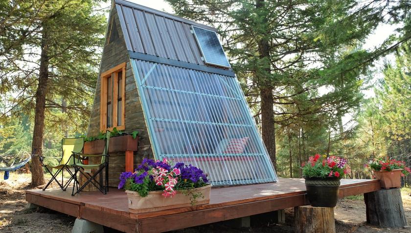 A kis ház modern, mégis hangulatos: az áttetsző falak egy karnyújtásra hozzák a természetet.