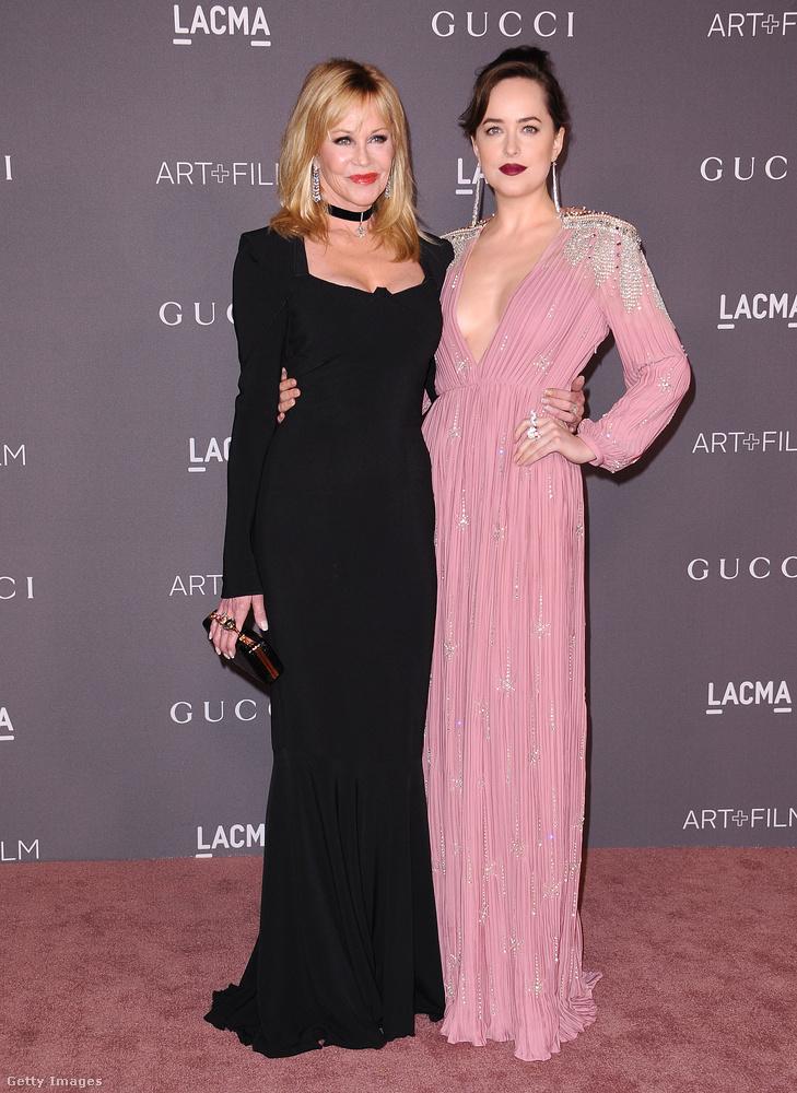 Dakota Johnson ezüst-rózsaszín Gucciban pózol  choker nyakláncos anyja, Melanie Griffith mellett.