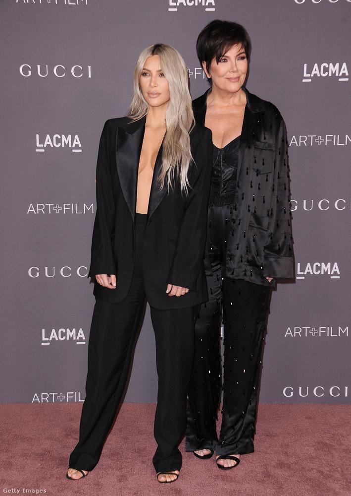 Öltöztek már fel feltűnőbben is a Kardashian-Jenner család hölgytagjai,  Kim Kardashian ezúttal egy Tom Ford-féle Gucci nadrágkosztümöt, anyja pedig egy pizsamának látszó szetttet választott az eseményre.