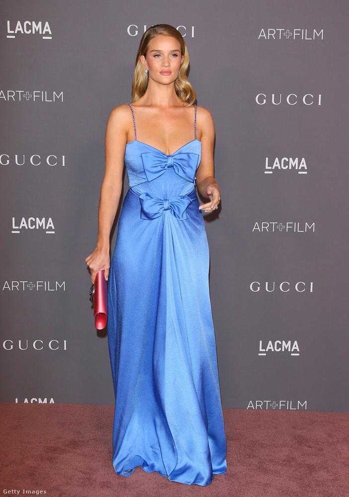 Rosie Huntington-Whiteley rózsaszín táskával kombinálta a duplamasnis Gucci ruhát.