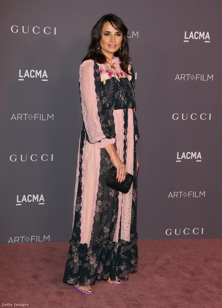 Remekül állt az argentín színésznőnek, Mia Maestronak ez a pink-fekete Gucci ruha.