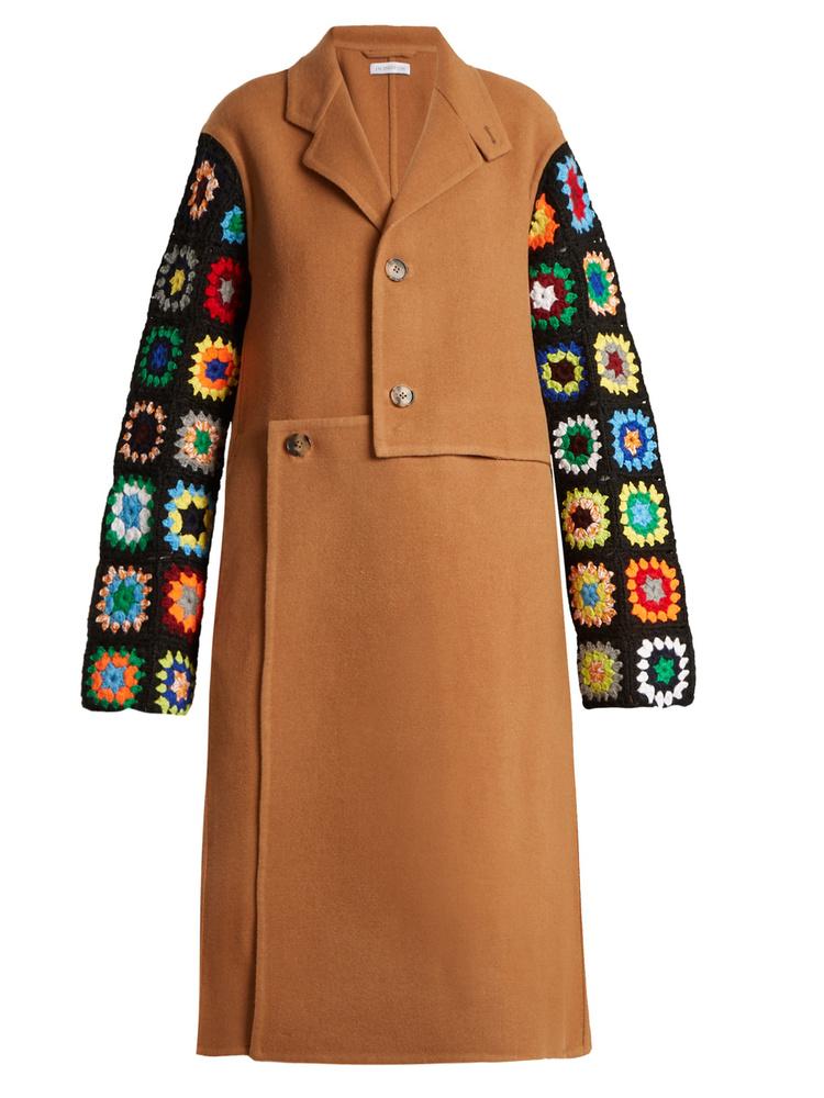 Ez a hippisebb J.W.Anderson kabát 1369 fontba, körülbelül 483 ezer forintba kerül.
