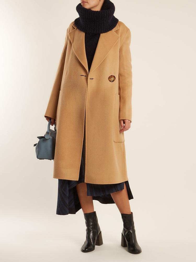 Az Acne Studios 1097 fontért, kb.387 forintért árulja a camel kabátot.
