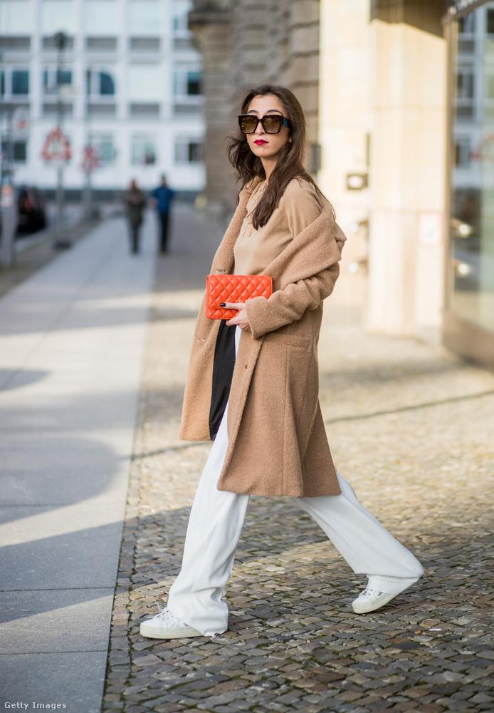 Nadja Ali énekesnő fehér Mango nadrággal vette fel a Drykorn gyapjú kabátját Berlinben.