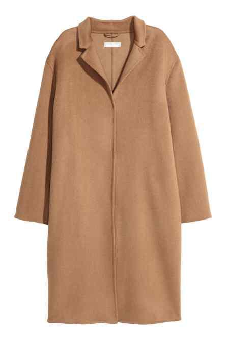 A kasmírral bekevert kabárt viszont már 69.990 forint a svéd fast-fashion márkánál.