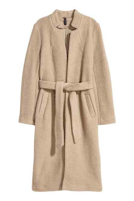 A H&M-ben 17.990 forintot kell fizetni egy ilyen öves kabátért.