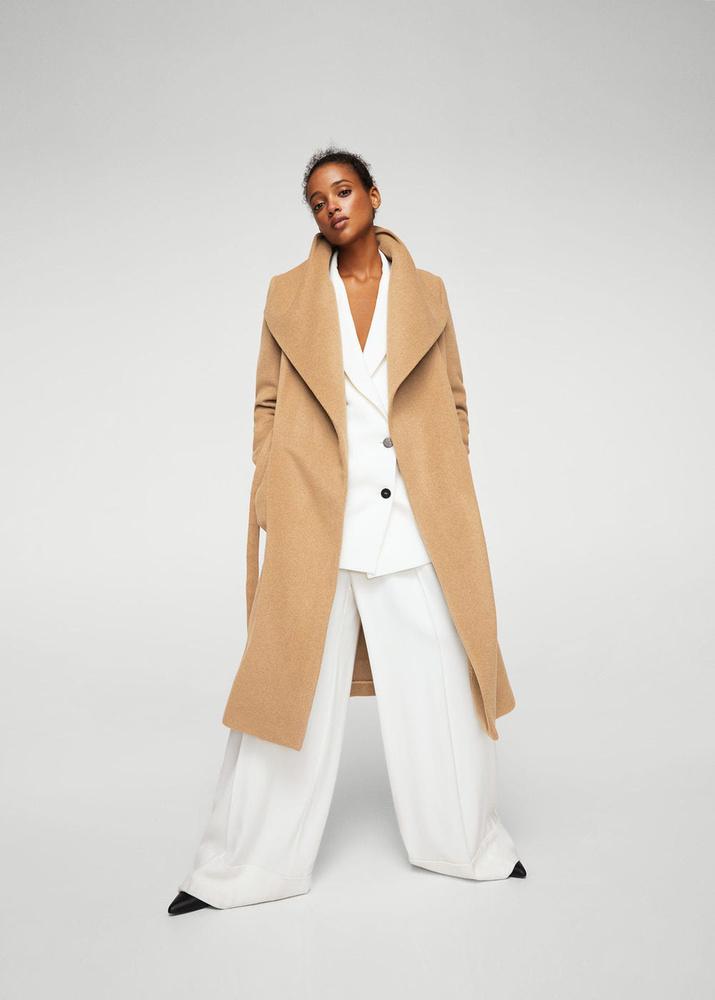 A bő szabású kabátért 39.995 forintot kérnek a Mangóban.
