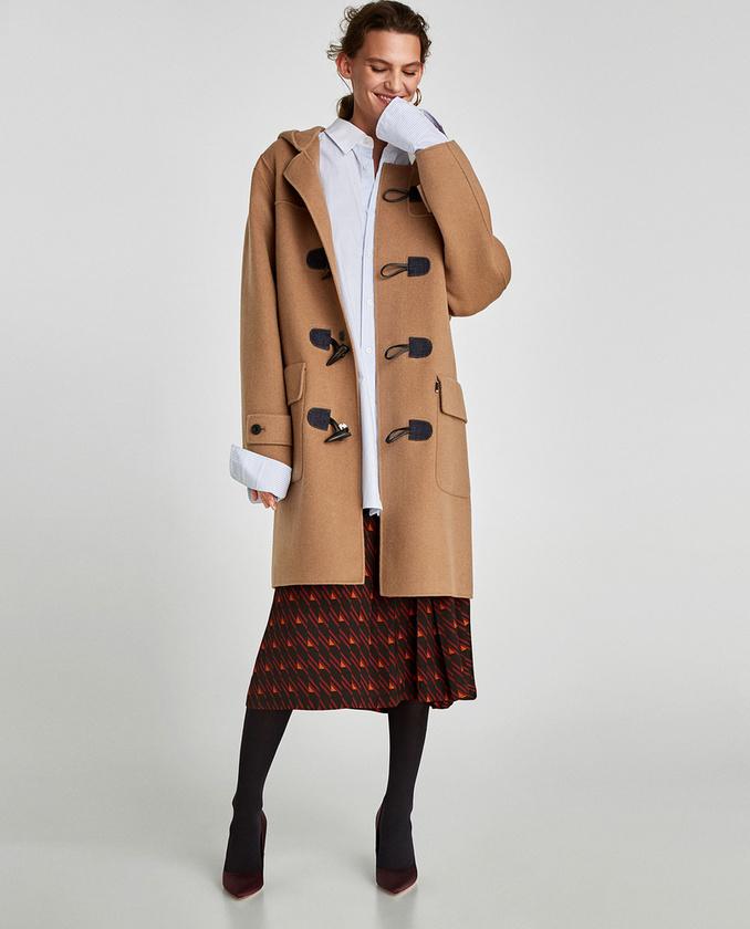 A hetvenes éveket idéző kabátért viszont 32.995 forintot kérnek a Zarában.