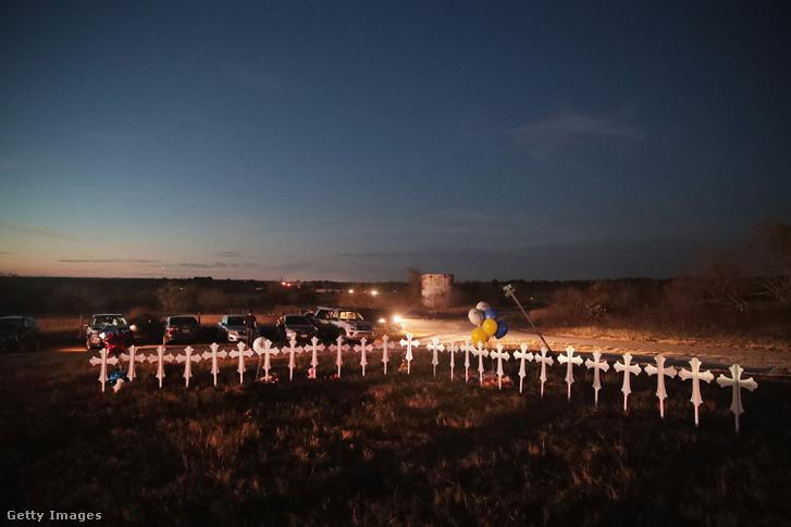 26 kereszt áll a mezőn a templom előtt, a lövöldözés áldozatainak emlékére.