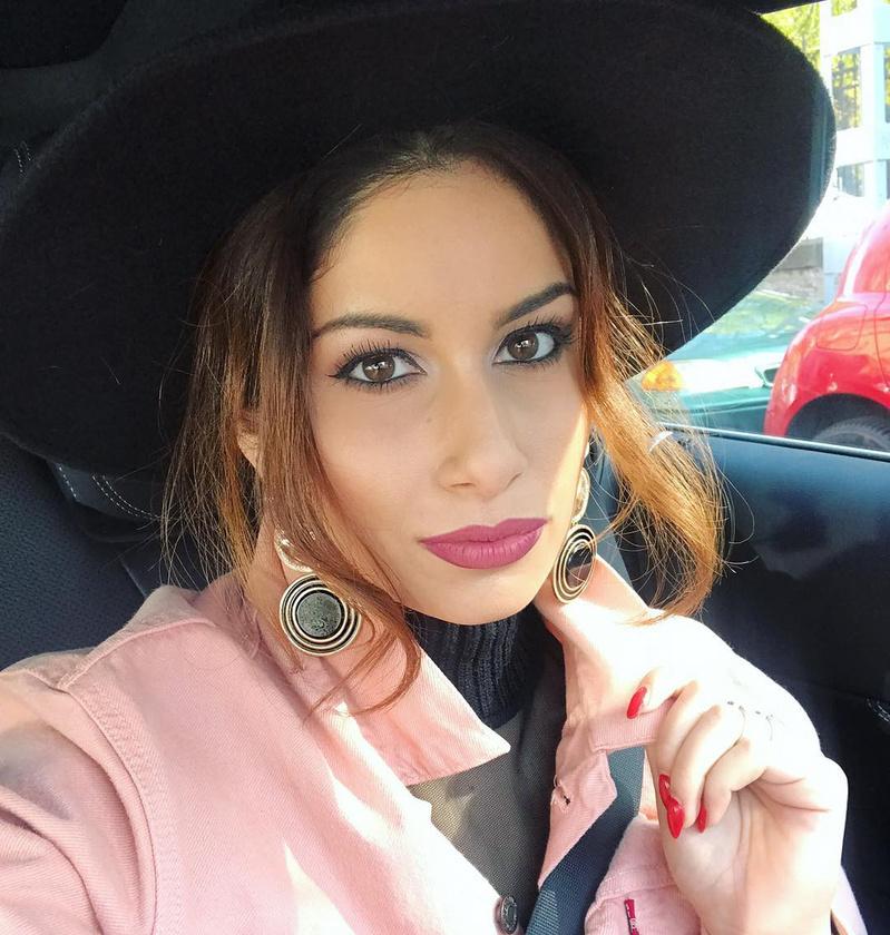 Kolléganője, Radics Gigi arcát az X-Faktor miatt így szoktuk meg mostanában: sok smink, valamilyen kalap, hangsúlyos kiegészítők.