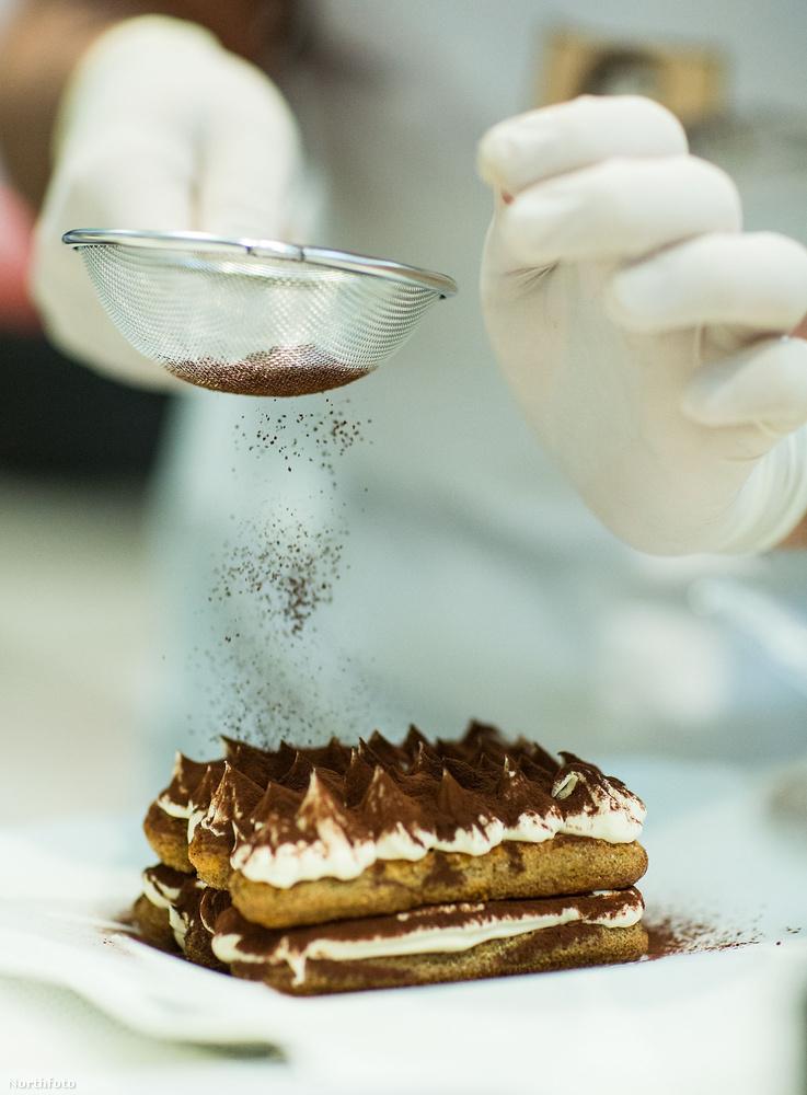 Ugye megvan a világ egyik legegyszerűbb desszertje, a tiramisu, ami tiramiszuként lehet még ismerős.Kávé, baba piskóta, mascarpone és kakaó