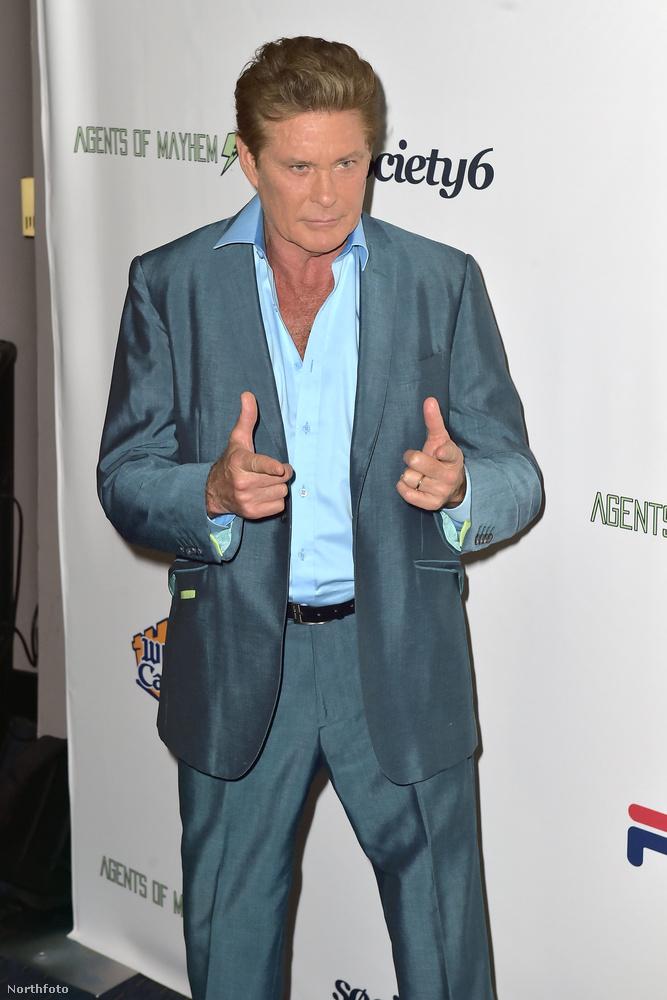 David Hasselhoff könnyű, hiszen ő egy ikon a széles és szőrös mellkasával, naná, hogy minden férfimodell rá akar hasonlítani!