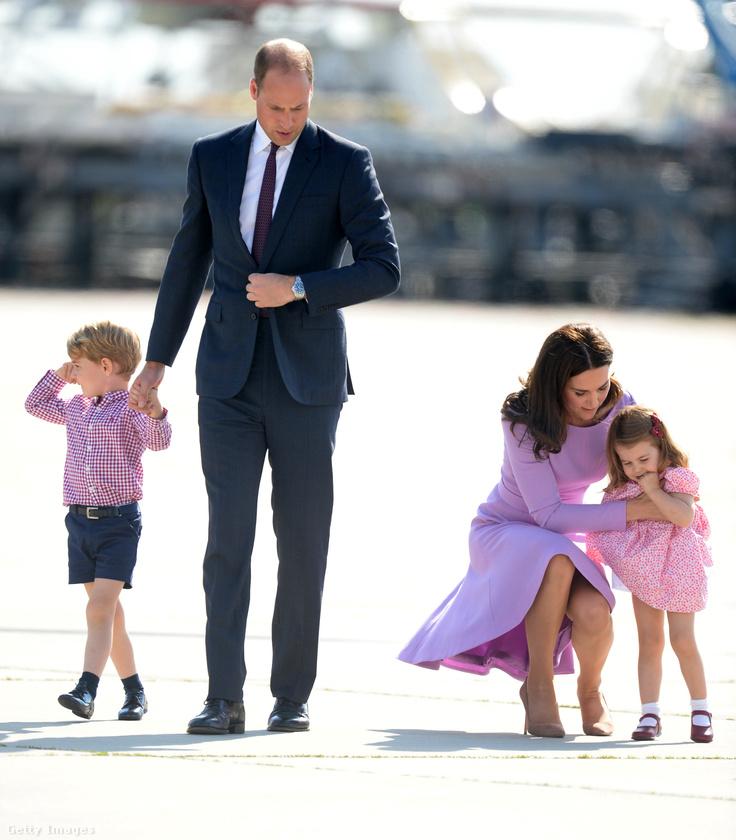 Ez a kép ugyancsak Kanadában készült róluk, és annak ellenére jól néznek ki rajta, hogy György nyűgös, Vilmos feszült, Katalin pedig a nyafogó Saroltát próbálja megnyugtatni.
