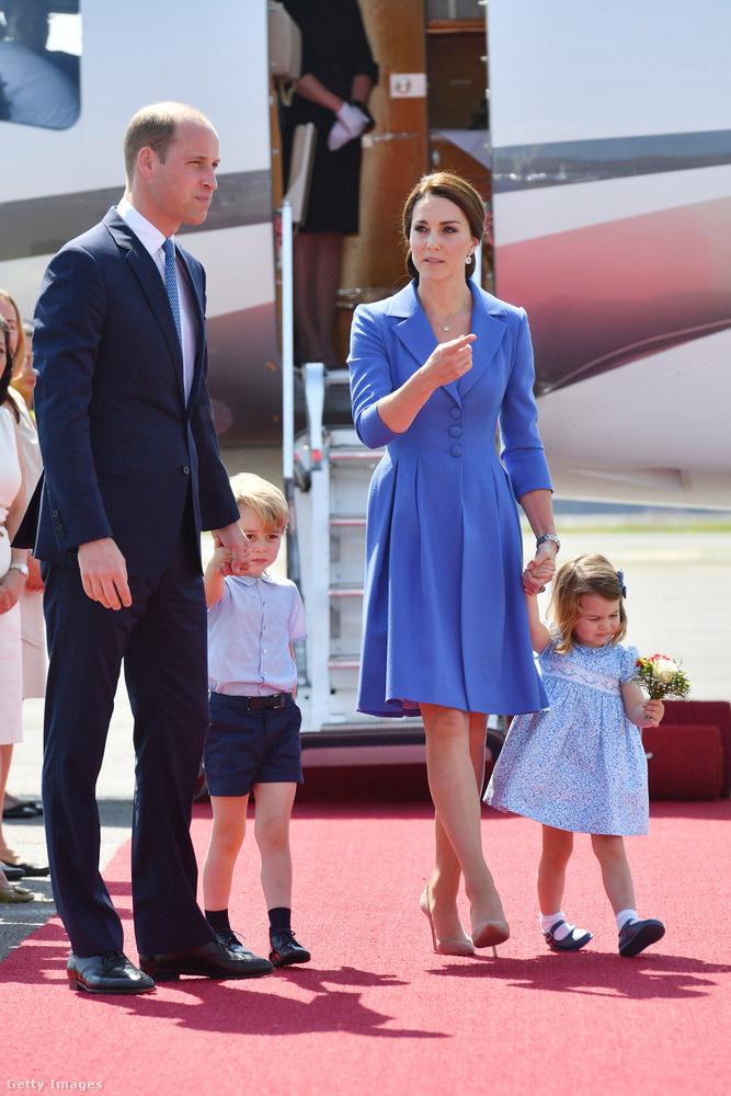 Egy másik kék alkalom, valószínűleg ez lehet Katalin egyik kedvenc színe, mert viszonylag gyakran viseli(k).Ha figyelnek, láthatják, hogy egyszerre túl sokan sosem viselnek mintásat, így senki sem hívja fel magára túlzottan a figyelmet, ízléses marad az összkép