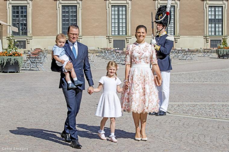 Ez, és a következő fotó idén júliusban készült: azt ünnepelték, hogy Viktória hercegnő negyven éves lett