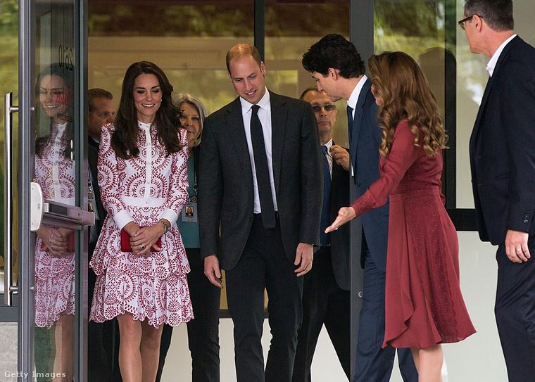 Kedves és udvarias diplomáciai gesztus, amikor a vendéglátó fél igyekszik színben a vendéghez passzolni