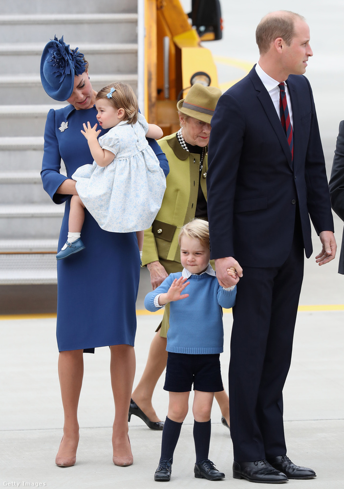 Itt például az látható, ahogy Vilmos herceg, Katalin hercegné, illetve György és Sarolta leszármazottaik megérkeznek Kanadába