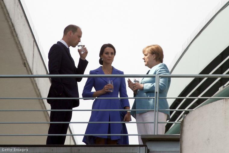 De Angela Merkel is kitett magáért idén nyáron, bár a pontos árnyalatot itt nem tisztázták előre.Na de tudják, kiknek megy még nagyon ez a rojál összeöltözősdi?
