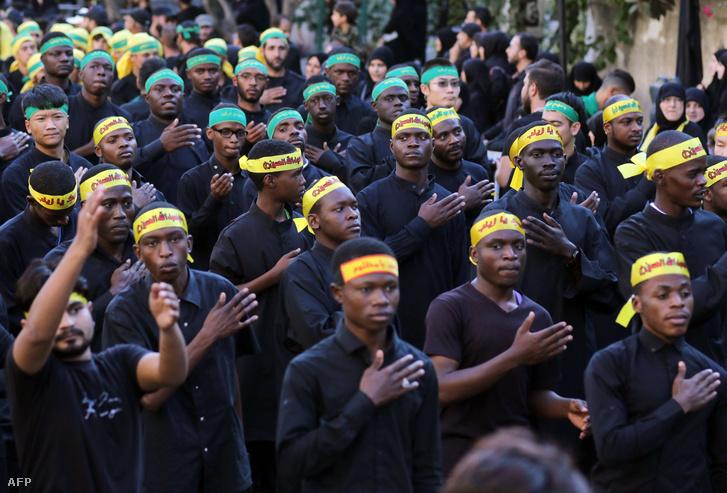 A Hezbollah al-Hawza al-Ilmija szemináriumának tagjai a dél-libanoni Nabatieh városában tartott felvonuláson 2017. október 4-én
