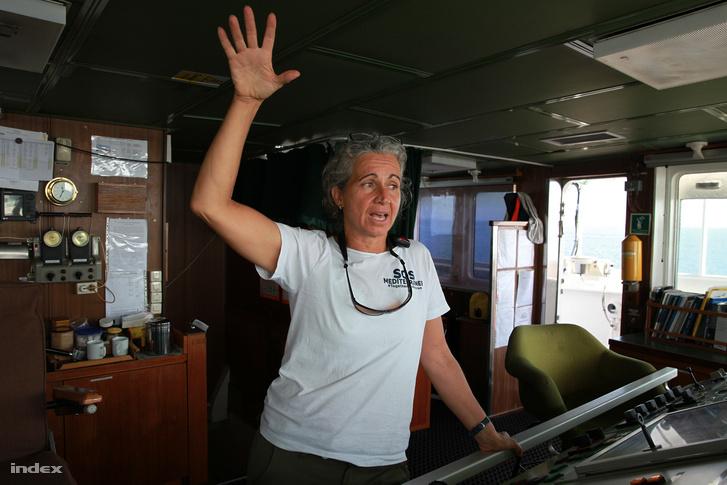 Madeleine Habib mentési koordinátor a kapitányi hídon