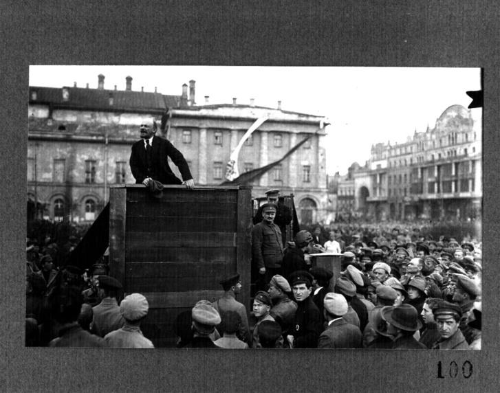 Az eredeti kép: fent Lenin, lejjebb jobbra Kamenyev, előtte Trockij.