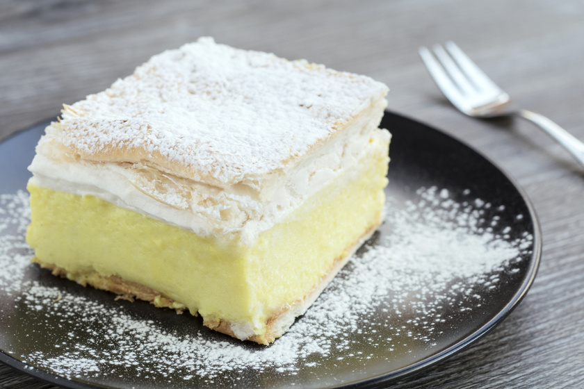 A klasszikus krémes az egyik legnagyobb vaníliás kedvenc. Otthon is elkészítheted, ha van kéznél bolti leveles tészta, nagyon egyszerű dolgod lesz. Tejszínhabbal még étvágygerjesztőbb.