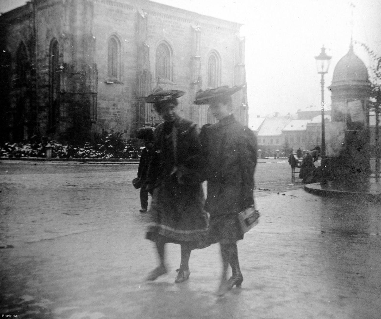A sorozat alkotója kitartóan tanulmányozta Kolozsvár főterén az utca emberét. Fényképezőgépével jelen volt télen, nyáron, sőt esőben is. Ki gondolná, hogy a kalap ennyire praktikus esőben, elég csak összevetni a háttérben levő, fejét táskájával védő embert azzal a két lánnyal, akik az eső ellenére vidáman és ráérősen suhannak át az úton.