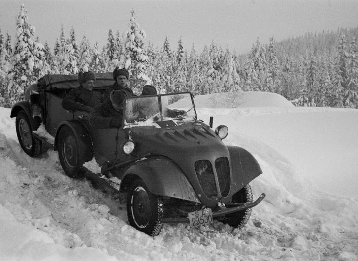A finn katonák a Tempo G1200 típusú, német katonai gépkocsival. Esetükben még védhető a mozgást gátló, vaskos téli ruházat, de a mai kocsikban van rendes fűtés, használjuk bátran és vetkőzzünk