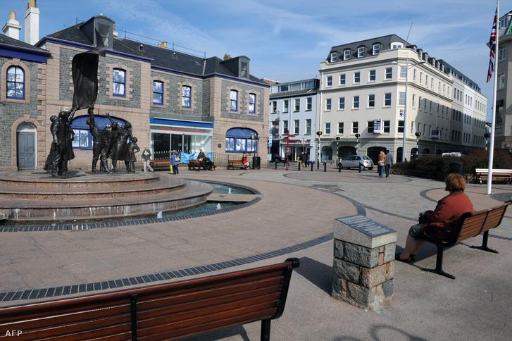 Kisvárosi főtér az adóparadicsomként számon tartott, Angliához tartozó Jersey szigeten.