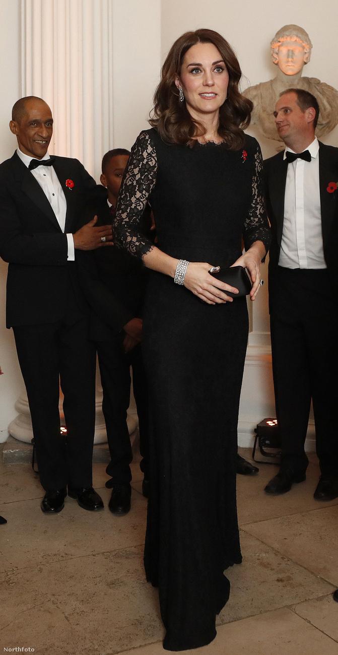 Itt még egyszer friss fotón nézheti meg teljes egészében Katalin hercegné nagy becsben tartott terhesruháját.Ezzel búcsúzunk,viszlát!