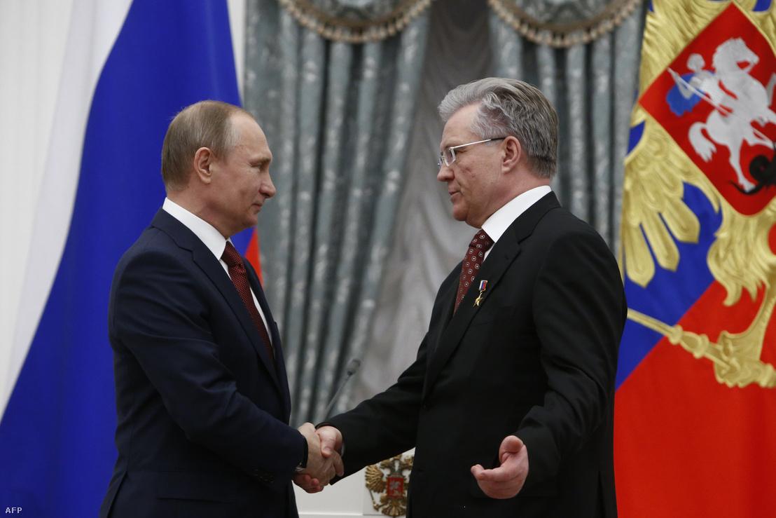 Vlagyimir Putyin a Kremlben fogadja Vlagyimir Bogdanovot a Szurgutnyeftyegáz vezetőjét, 2016. április 30-án.