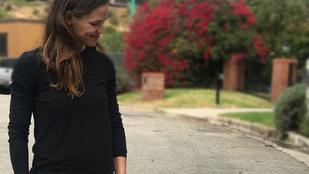 Jennifer Garner sétáltatni volt, de nem kutyát