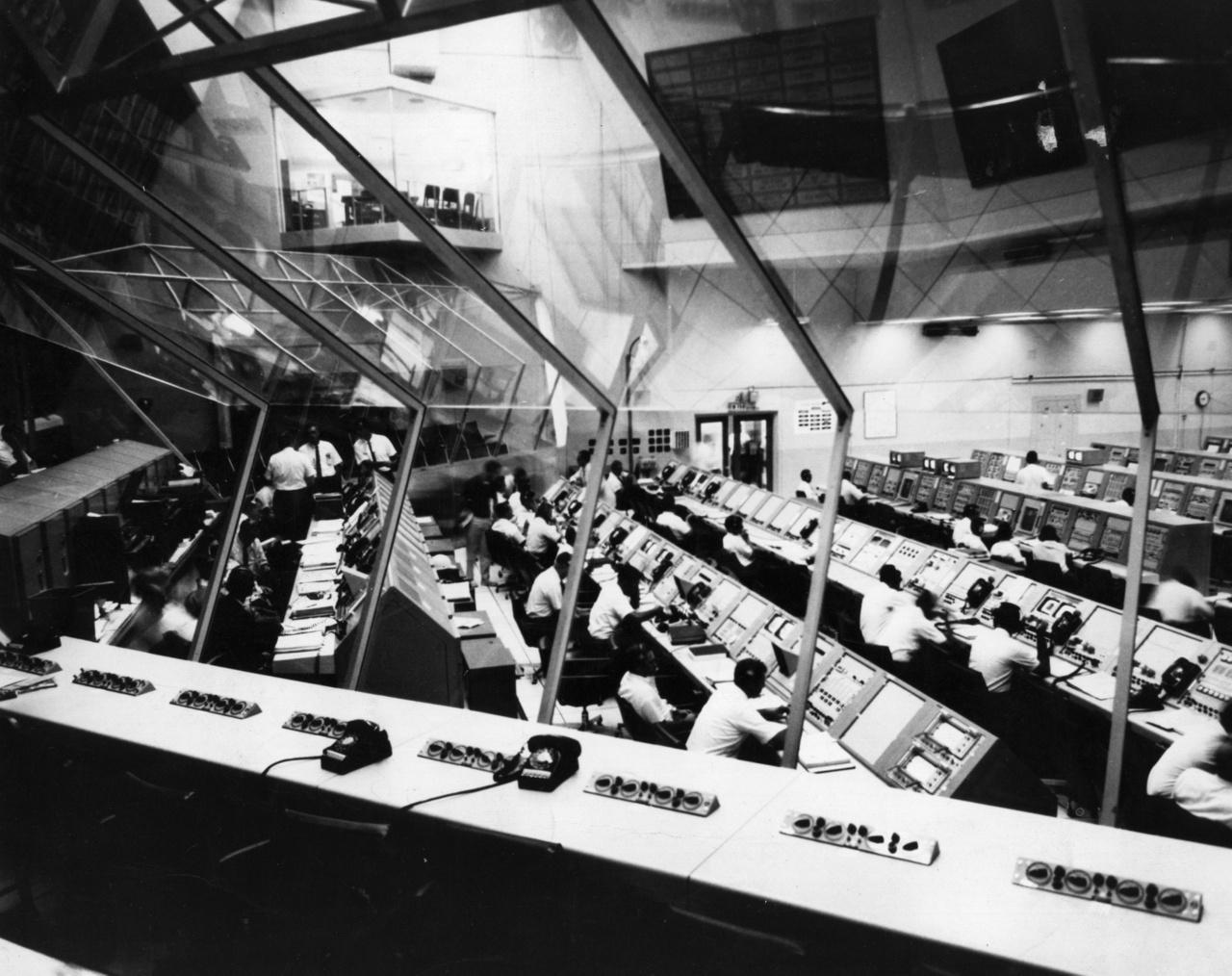 1967. november 8.: a Kennedy Űrközpont irányítóterme a start előtti éjszakán.