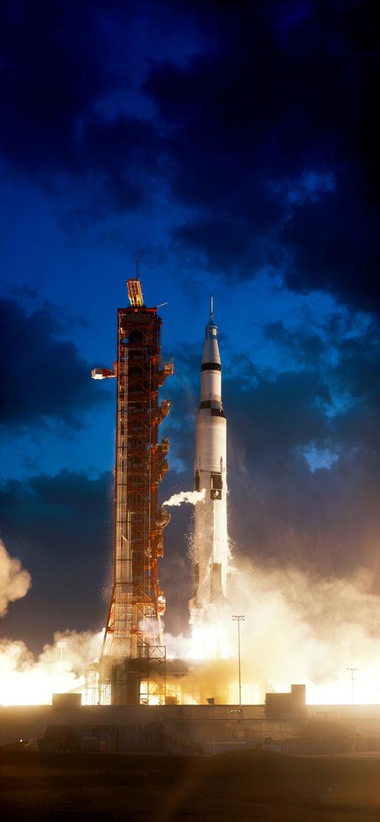 1967. november 9., reggel 7 óra 0 perc: elszakad a földtől az Apollo-4 ember nélküli küldetés rakétája, az SA-501 Saturn V-ös.