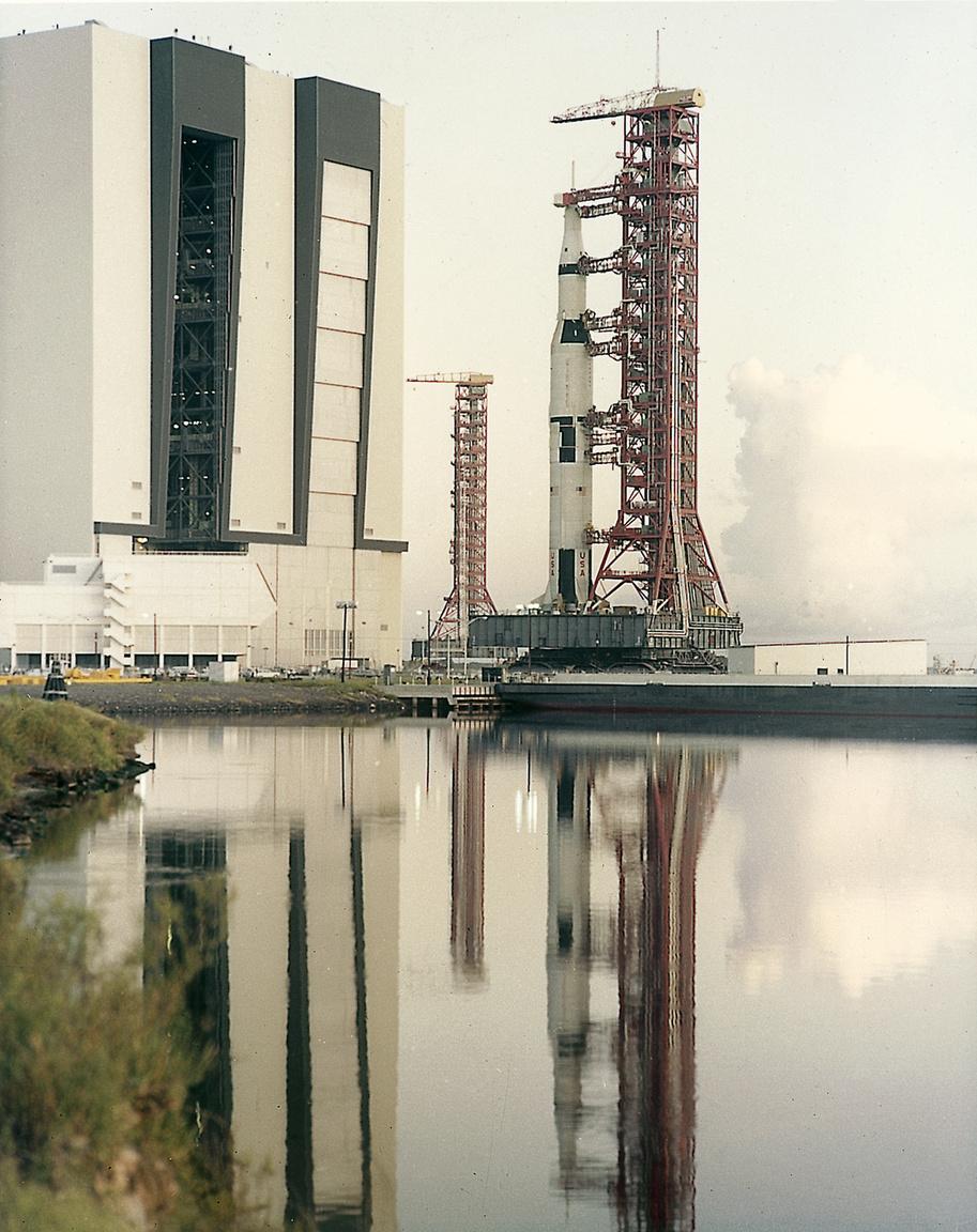 1967. augusztus 1. A teljesen összeszerelt, 110,6 méter magas Apollo-4 kigördül az összeszerelő-épületből.