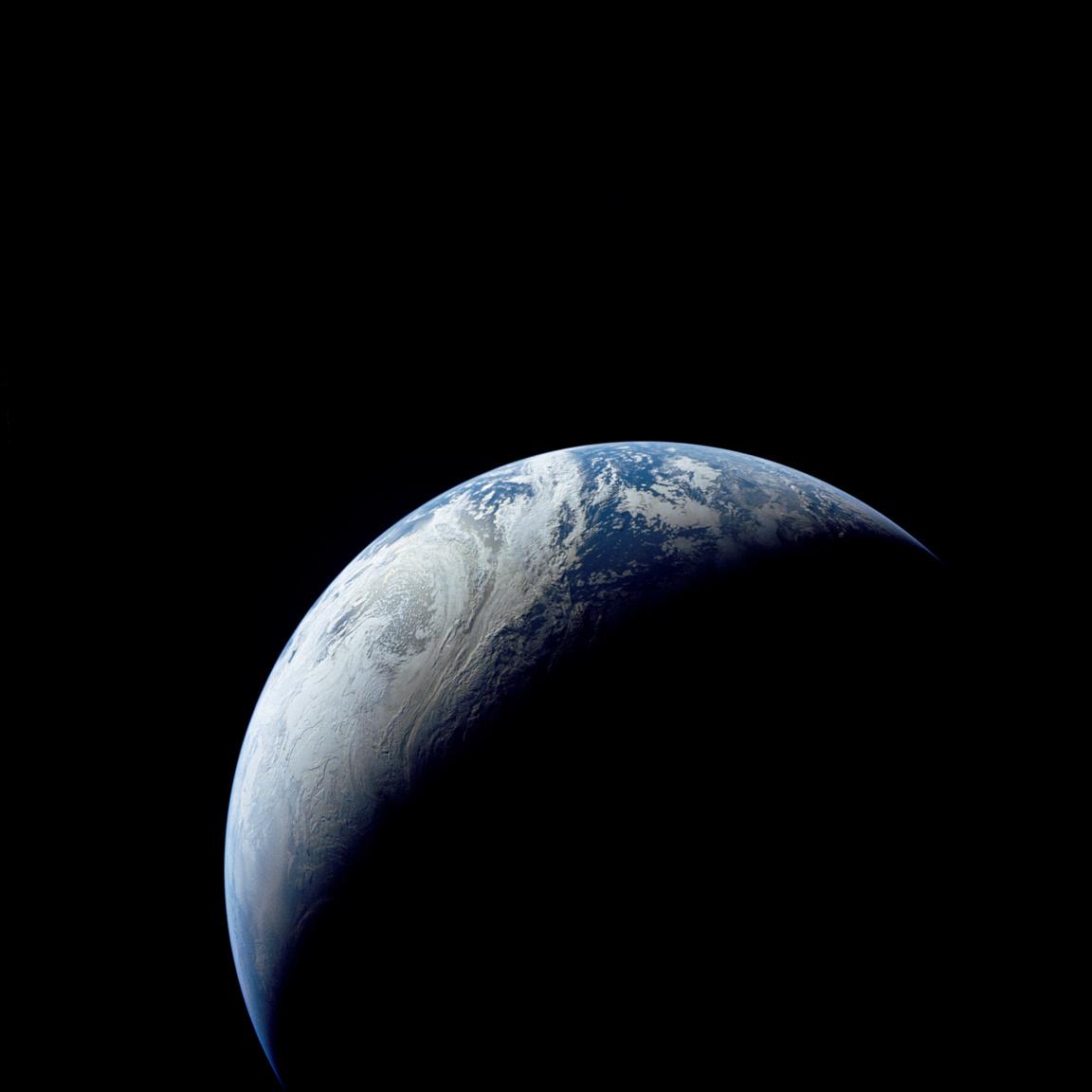 Így festett Brazília partvidéke, Nyugat-Afrika, a Déli Sark és az Atlanti-óceán ötven évvel ezelőtt, 18 047 kilométeres távolságból. Az Apollo-4 fedélzetére pakolt kamera készítette első fotókat, amik ilyen nagy távolságból mutatták Földünkről. (Ezt megelőzően a Gemini-XI űrhajósai látták és fotózták jóval közelebbről, 1369 kilométer magas pályáról bolygónkat.)