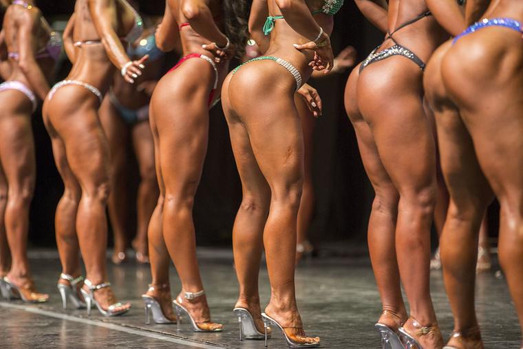Illetlenség ilyet fotózni egy testépítő versenyen? Máshol biztosan, dehát itt azért voltak jelen a hölgyek, hogy megmutassák a testüket, nem?