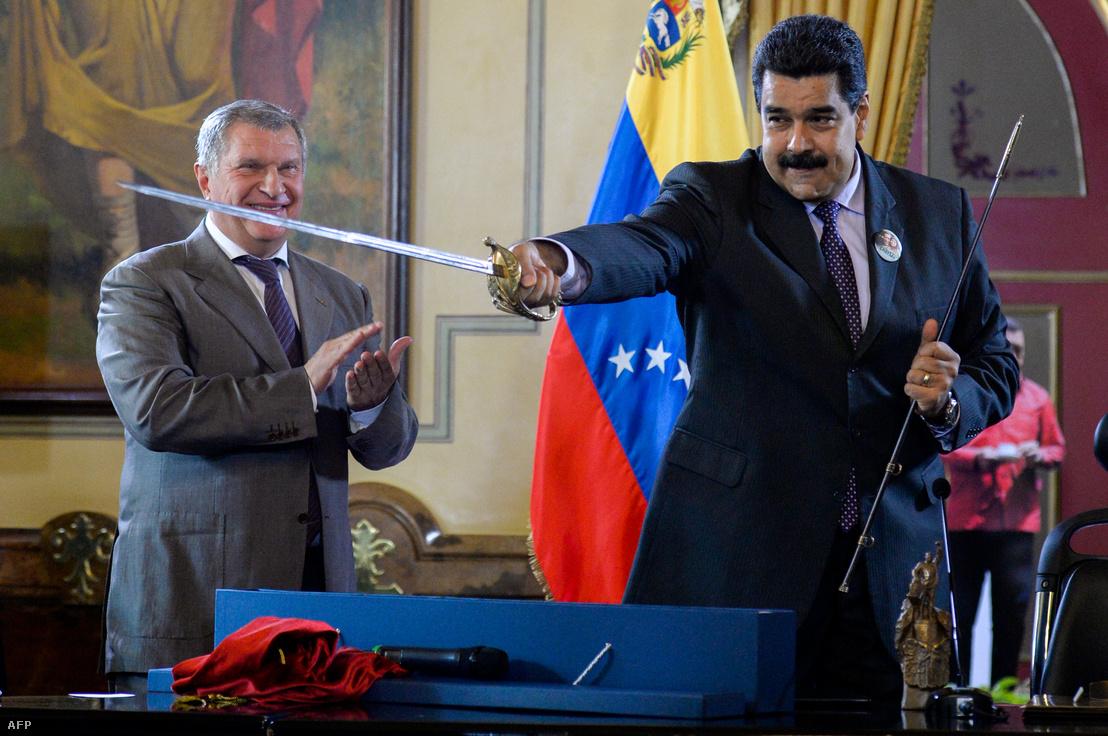 Nicolas Madura venezuelai elnök és Igor Szecsin közös gazdasági megállapodásuk aláírását követően Caracasban 2016. július 28-án