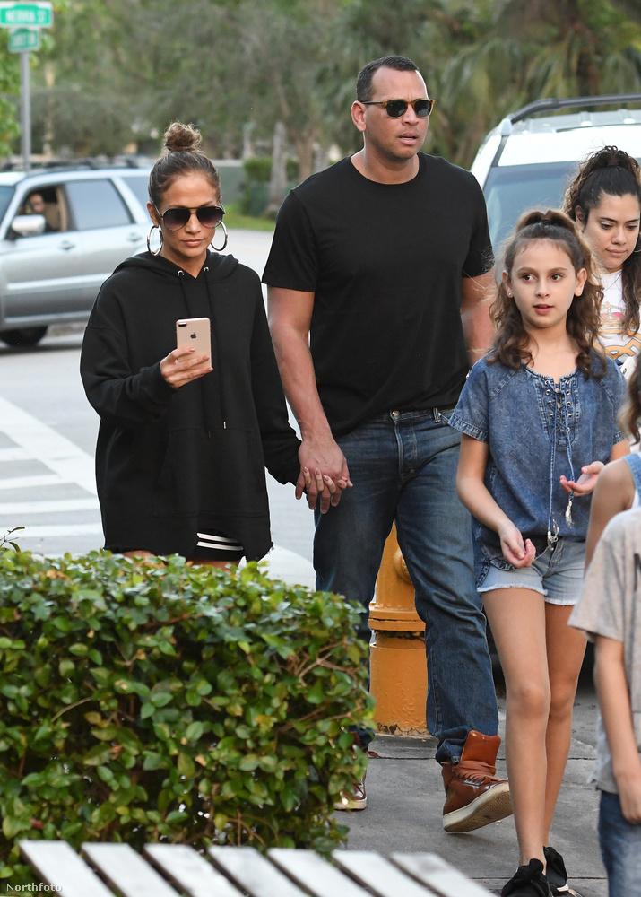 Most kapaszkodjon meg! Üljön le, mert ettől most menten padlót fog!Jennifer Lopez......elment fagyizni a családjával