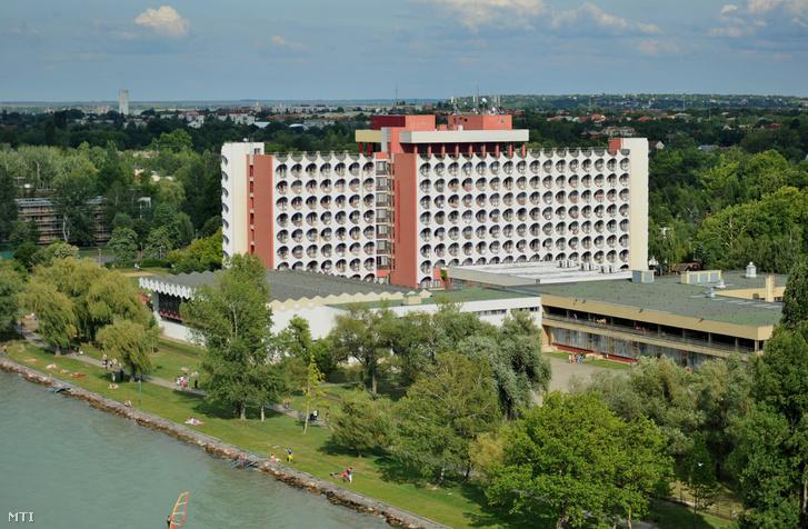 A Hotel Ezüstpart üdülõszálló épülete a Balaton partján a Siófokhoz tartozó Balatonszéplakon.