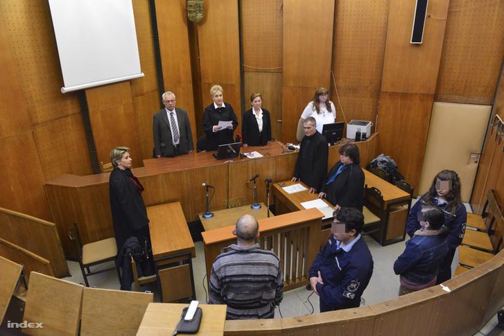 K. Rudolf (b) és felesége (j) büntetőperükön 2015. február 24-én.