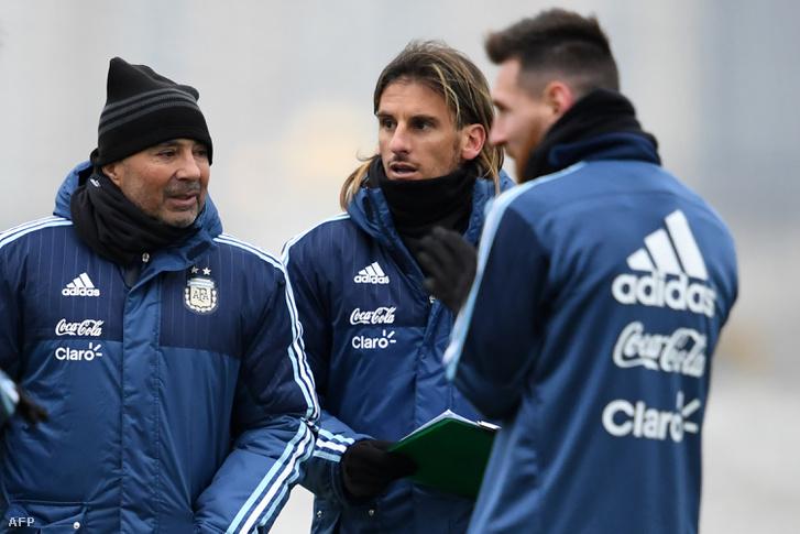 Sampaoli szövetségi kapitány és Sebastian Beccacece másodedző Messivel Moszkvában