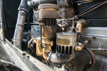 Hatalmas, kürtőáramú, Rolls-Royce-karburátor